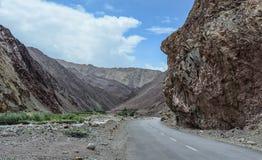 山路在拉达克,在印度北部 库存图片