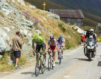 山路的三个骑自行车者-环法自行车赛2015年 库存图片