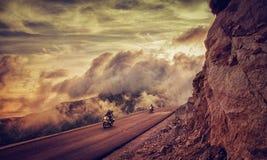 山路的两个骑自行车的人 库存图片