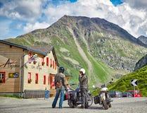 山路的两个骑自行车的人 图库摄影