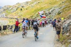 山路的两个骑自行车者-游览de法国2015年 免版税库存照片