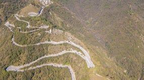 山路的寄生虫鸟瞰图在从嫩布罗村庄的意大利向塞尔维诺 免版税库存照片