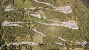 山路的寄生虫鸟瞰图在连接Nebro村庄到塞尔维诺的意大利 库存图片