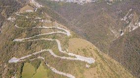 山路的寄生虫鸟瞰图在连接Nebro村庄到塞尔维诺的意大利 库存照片