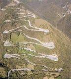山路的寄生虫鸟瞰图在连接Nebro村庄到塞尔维诺的意大利 免版税库存照片