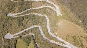 山路的寄生虫鸟瞰图在连接Nebro村庄到塞尔维诺的意大利 免版税库存图片