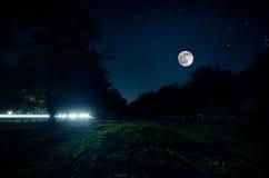 山路通过森林在满月夜 深蓝天空风景夜风景与月亮的 阿塞拜疆 长的快门 库存照片