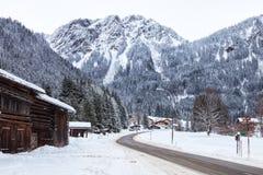 山路通过Partenen - Montafon的一个镇,在福拉尔贝格州,奥地利 免版税库存照片