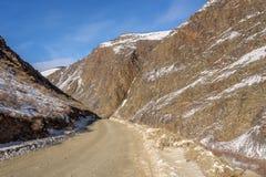 山路雪冬天曲线 库存图片