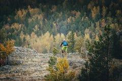 登山车的人 免版税库存照片