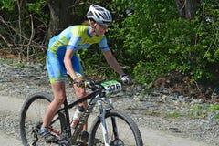 登山车的女性骑自行车者 免版税库存照片