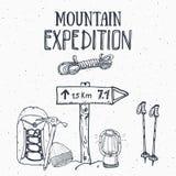 山远征葡萄酒集合 减速火箭的徽章象征、室外远足的冒险和山explori的手拉的剪影元素 向量例证