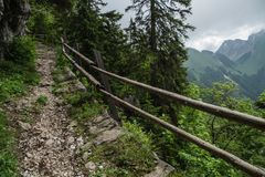 山道路在瑞士阿尔卑斯山脉 库存照片