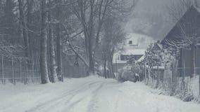 山镇,雪灾难斯诺伊街道  与落的雪的冬天风景