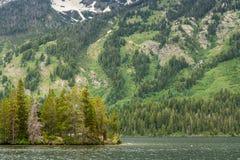 山隐约地出现在Yellowstone湖在黄石国家公园 免版税图库摄影