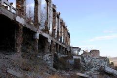 山集中的工业体系(GOK)的废墟在村庄Tuim 免版税库存图片