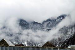 山雪与树的风景在Ilisu,加赫阿塞拜疆,大高加索的自然和雾 免版税图库摄影