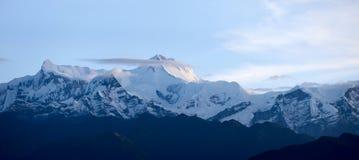 山雪峰顶多云盖子 图库摄影