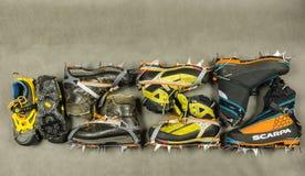 山鞋类的介绍与起重吊钩的 图库摄影