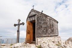 山顶十字架和教堂 免版税库存照片