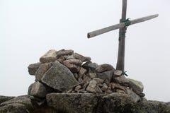 山顶十字架 免版税库存照片