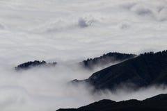 山顶和云彩在马德拉 免版税库存图片