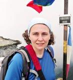山顶的妇女远足者 库存图片