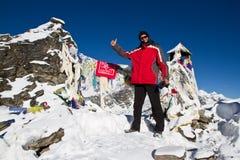 山顶的登山人 免版税库存照片