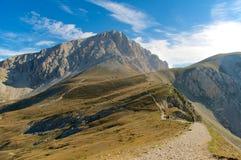 Corno重创的Gran Sasso高足迹拉奎拉意大利 免版税库存图片