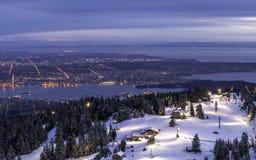 从山顶面俯视的城市光的看法 免版税库存照片