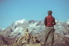 山顶面看的全景的远足者,断层块des Ecrins国家公园,欧洲阿尔卑斯,葡萄酒定了调子图象,后方竞争 免版税库存照片
