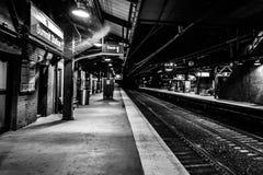 山顶, NJ美国- 2017年11月1日:空的火车站在晚上,黑白 库存图片