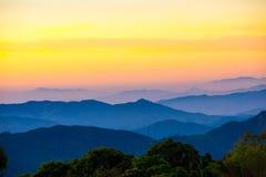 山风景与雾,从自然的层数在 库存图片