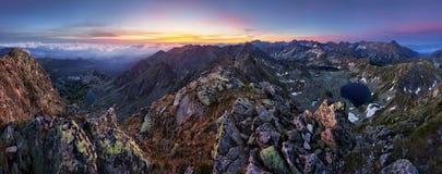山风景全景在日出的Tatras 免版税库存图片