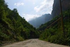 山风景去山的土路 免版税库存图片