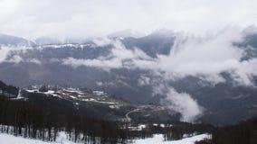 山风景和小冬天手段顶视图  隐约地出现在山峰和山麓小丘的阴沉的云彩  股票视频