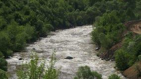山风景在亚美尼亚 在夜间风险雾之上阴霾放置了长的山河天空水 股票录像