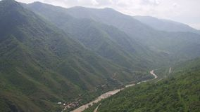 山风景在亚美尼亚 顶视图 山河和蛇纹石 股票视频