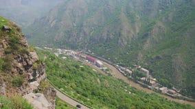 山风景在亚美尼亚 顶视图 山河和蛇纹石 股票录像