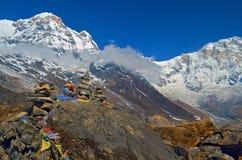 山风景在喜马拉雅山 石头Piramid  安纳布尔纳峰南峰顶,安纳布尔纳峰营地 库存照片
