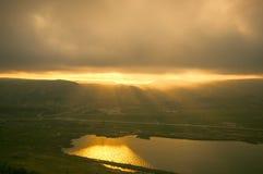 山风景在日落时间的在湖Xojasan,巴库阿塞拜疆附近 库存图片