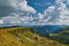 山风景在晴天 免版税库存照片