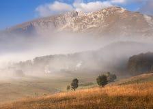 山风景在秋天在美好的有薄雾的早晨 库存照片