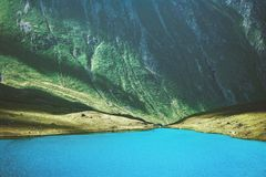 山风景夏天旅行的蓝色湖 免版税库存图片