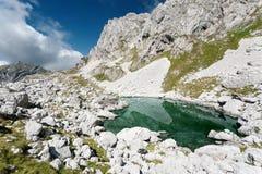山风景有在冰河湖的一个看法 库存图片