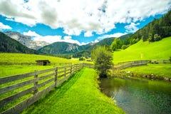 山风景池塘湖木篱芭绿草广角遥远的天际 库存图片