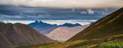 山风景美好的秋天全景在阿拉斯加 免版税库存图片