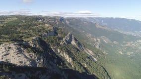 山风景顶视图  射击 山意想不到的看法与岩层的 树木繁茂的绿色山反对 影视素材