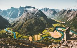 山风景鸟瞰图谷和河 库存图片