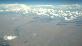 山风景鸟瞰图,从靠窗座位的看法在飞机 股票视频